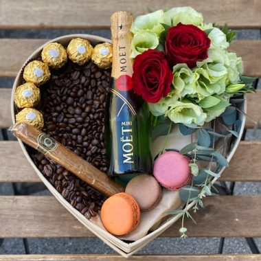 box sa moet-om, tompus-om, makarons-ima cvećem, kafom i fererom